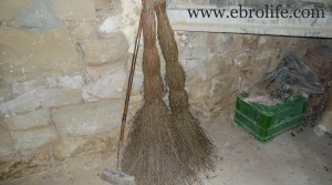 Finca de olivos y almendros en producción en oferta con masía