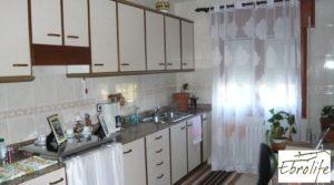 Detalle de Casa en Caspe con piscina excelente para vivir. con establo