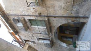 Detalle de Casa de piedra en el centro de Batea con garage