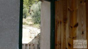 Casa en el río Tastavins, en La Portellada. en oferta con almendros