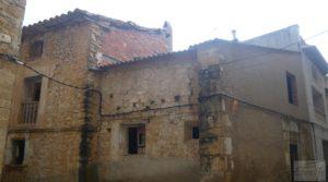 Casa y olivar en Fornoles en oferta con bodega por 19.000€