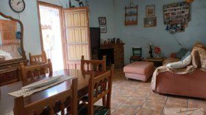 Casa tradicional en La Fresneda en oferta con fachada de piedra por 69.000€