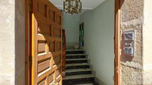 Gran casa rodeada de jardines en Caspe. en venta con balcones por 290.000€