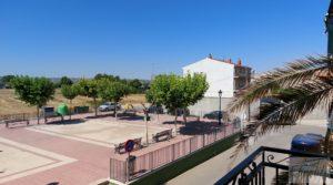 Detalle de Gran casa rodeada de jardines en Caspe. con balcones